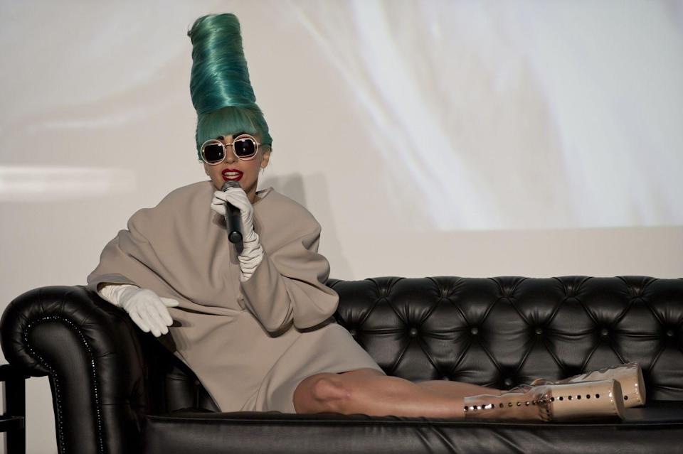 <p>Da loben wir uns doch ihre gewohnten Fashion-Verrücktheiten - wie hier 2011 in Singapur mit Marge-Simpson-Tolle und Beinbrecher-Plateauschuhen. (Bild: Marina Bay Sands via Getty Images)</p>
