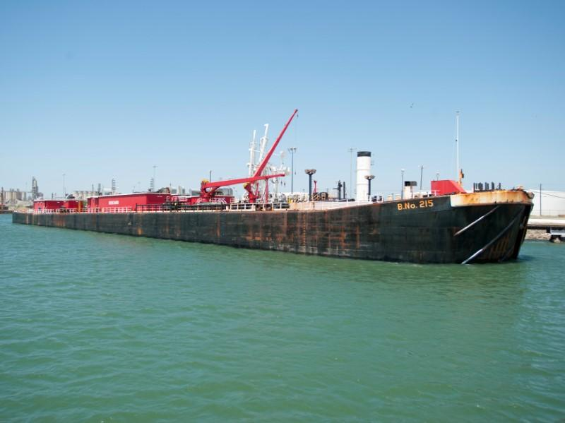 FILE PHOTO: A seagoing barge is loaded with crude oil from the Eagle Ford Shale formation at the newly expanded crude dock at the Port of Corpus Christi, Texas, U.S., April 10, 2014. REUTERS/Darren Abate/File Photo