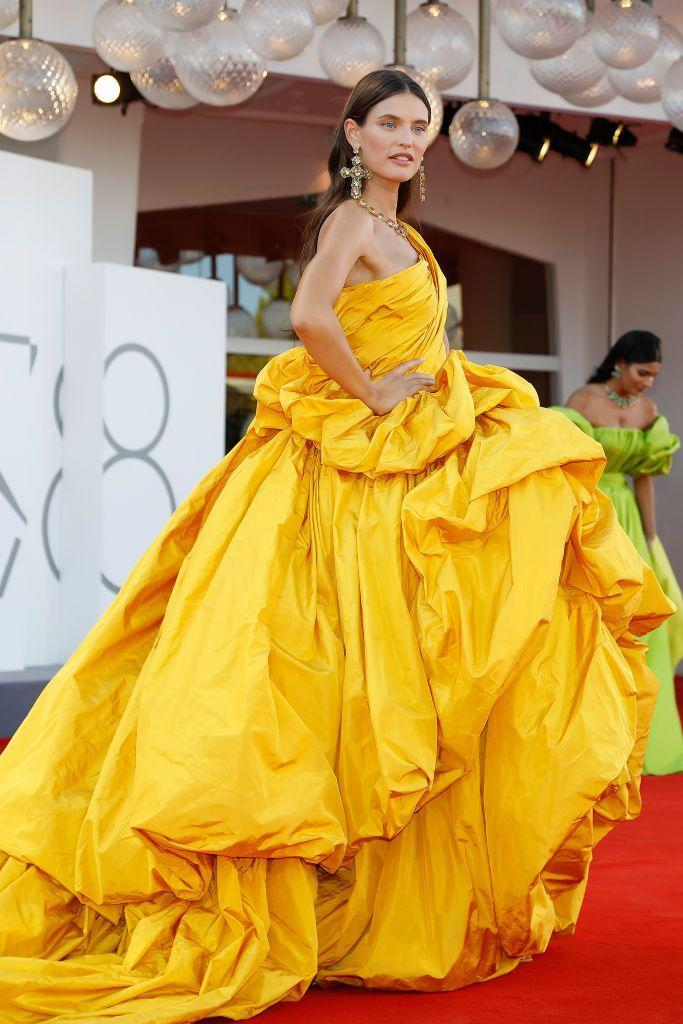 <p>Balti wore a yolk yellow gown by Dolce & Gabbana to the red carpet for 'Madres Paralelas'.</p>