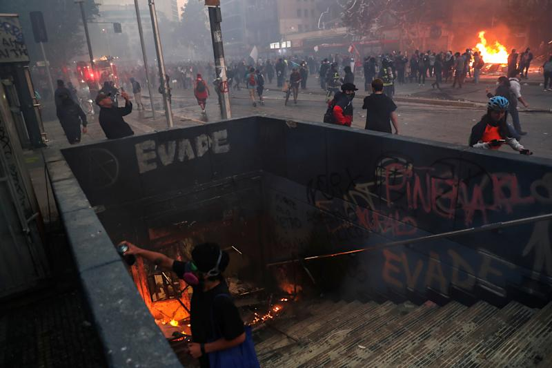 Demonstrators react on the streets during an anti-government protest in Santiago, Chile on Oct. 28, 2019. (Photo: Edgard Garrido/Reuters)