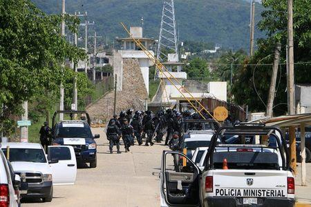 Riot police enter a prison after a riot broke out at the maximum security wing in Acapulco, Mexico, July 6, 2017. REUTERS/Troy Merida