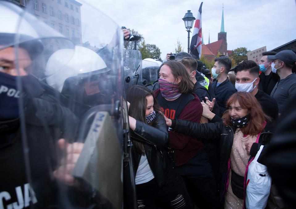 Demonstrators scuffle with police officers during a protest against imposing further restrictions on abortion law, in Wroclaw, Poland October 23, 2020. Krzysztof Cwik/Agencja Gazeta/via REUTERS ATTENTION EDITORS - THIS IMAGE WAS PROVIDED BY A THIRD PARTY. POLAND OUT. NO COMMERCIAL OR EDITORIAL SALES IN POLAND.