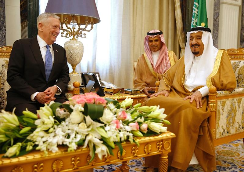 Saudi King Salman (R) sits next to an interpreter during a meeting with US Defence Secretary James Mattis in Riyadh on April 19, 2017 (AFP Photo/JONATHAN ERNST)