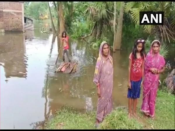 Many were forced to use makeshift boats made from banana trunks amid floods in Odisha. (File photo)