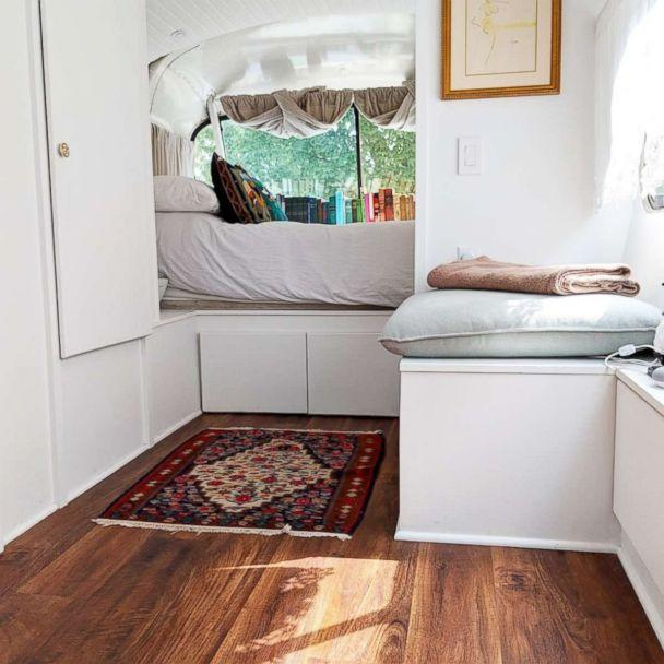 PHOTO: Jessie Lipskin's converted RV includes a cozy bed and space for books. (Courtesy Jessie Lipskin/@Thebustinyhome)