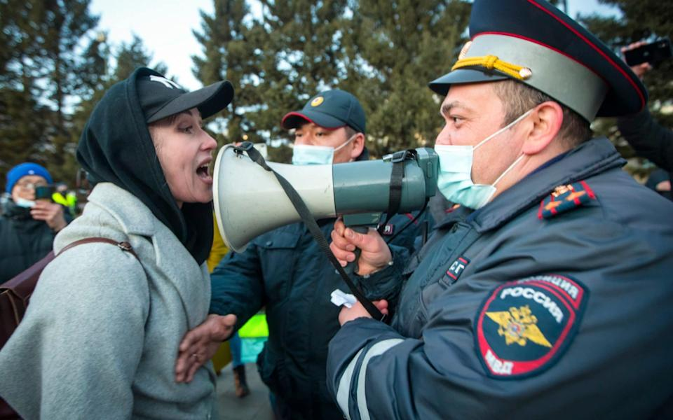 A woman argues with police officer during a protest in support of jailed opposition leader Alexei Navalny in Ulan-Ude, the regional capital of Buryatia, a Russian region near the Mongolian border - Anna Ogorodnik /AP