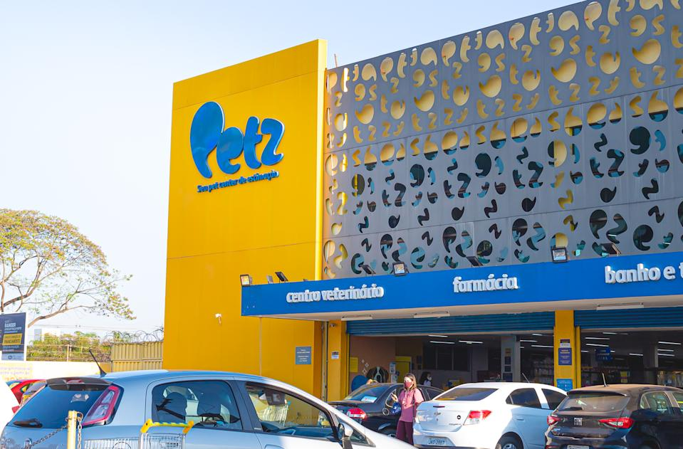 Petz, brazilian company. Photograph of facade of a Petz store. Petz is one of the largest pet shop chains in Brazil. It sells products for domestic animals and offers veterinary and aesthetic services. Brasilia, Federal District - Brazil. September, 11, 2020.