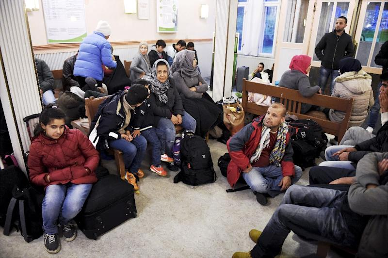 Iraqi refugees wait for a train to Helsinki at Kemi railway station in northwestern Finland, on September 17, 2015 (AFP Photo/Jussi Nukari)
