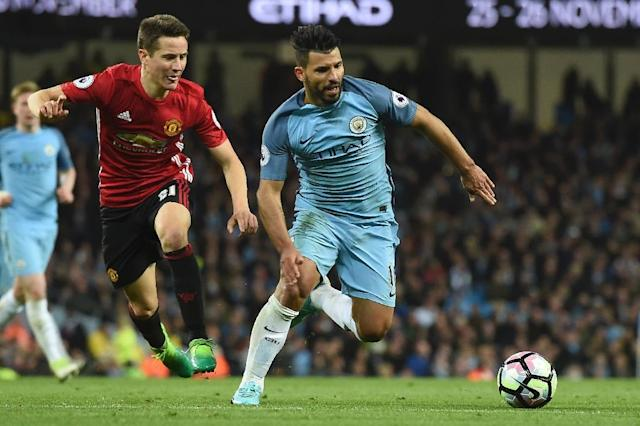 Manchester United's midfielder Ander Herrera (L) chases Manchester City's striker Sergio Aguero (R) during the English Premier League football match April 27, 2017 (AFP Photo/PAUL ELLIS )