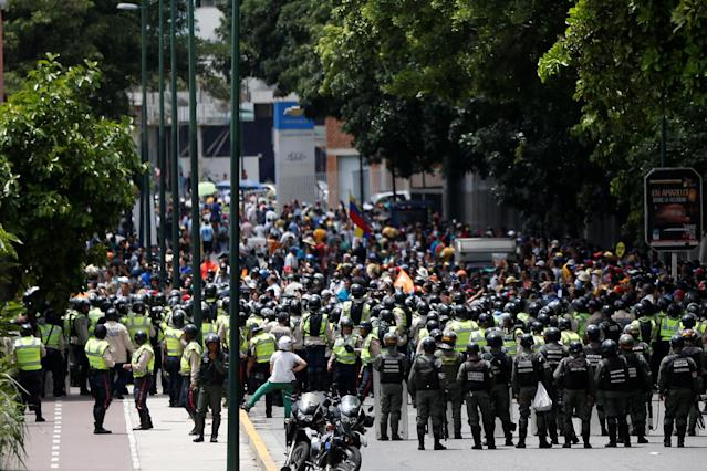 <p>Opposition supporters clash with Venezuelan National Guards during a rally to demand a referendum to remove President Nicolas Maduro in Caracas, Venezuela, June 7, 2016. (Reuters/Carlos Garcia Rawlins) </p>