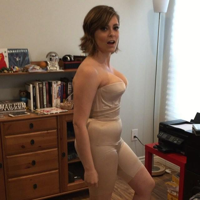 'Crazy Ex-Girlfriend' Star Rachel Bloom Sings 'Sexy Golden Globey Song' in  Only Her Spanx