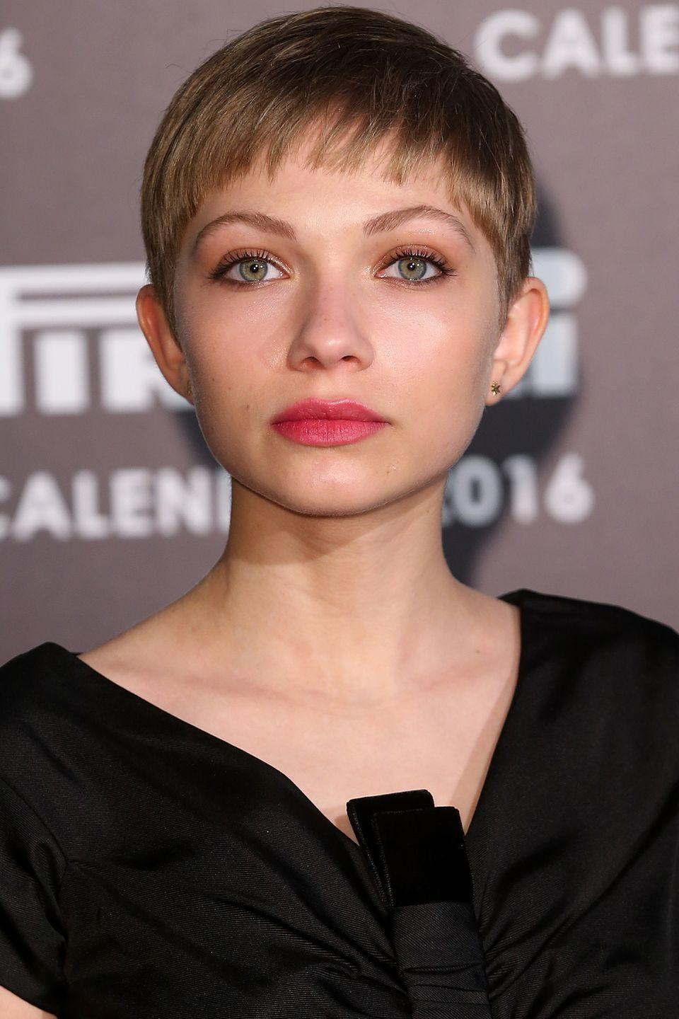 <p>Tavi Gevinson keeps her blunt bangs simple to play with color on her face instead. </p>