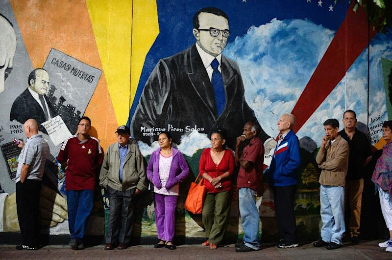 People wait to cast their vote at a polling station in Caracas, on December 6, 2015 (AFP Photo/Federico Parra)
