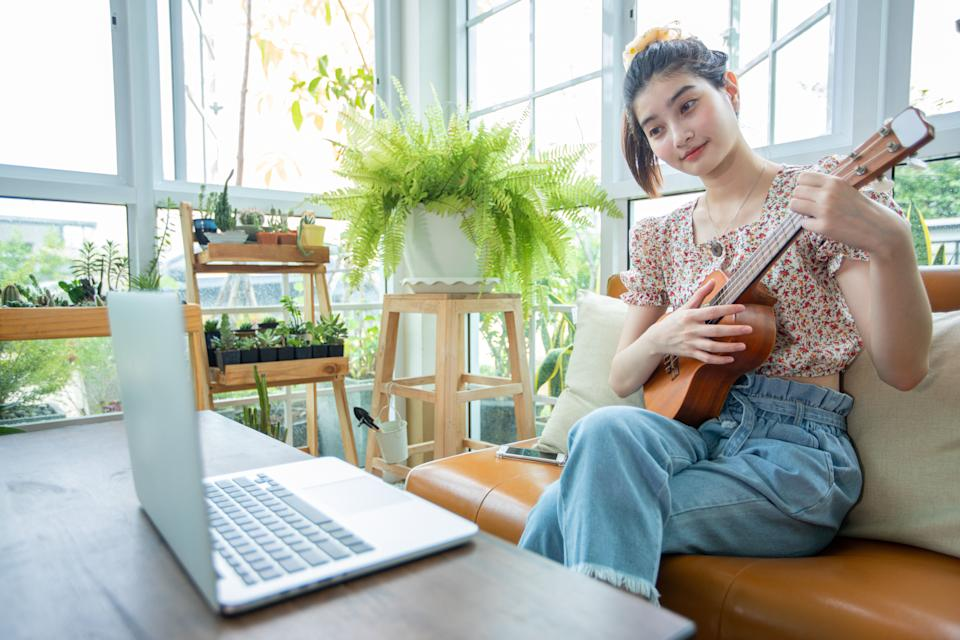 A woman learns a musical instrument online (Photo: TuiPhotoengineer via Getty Images)