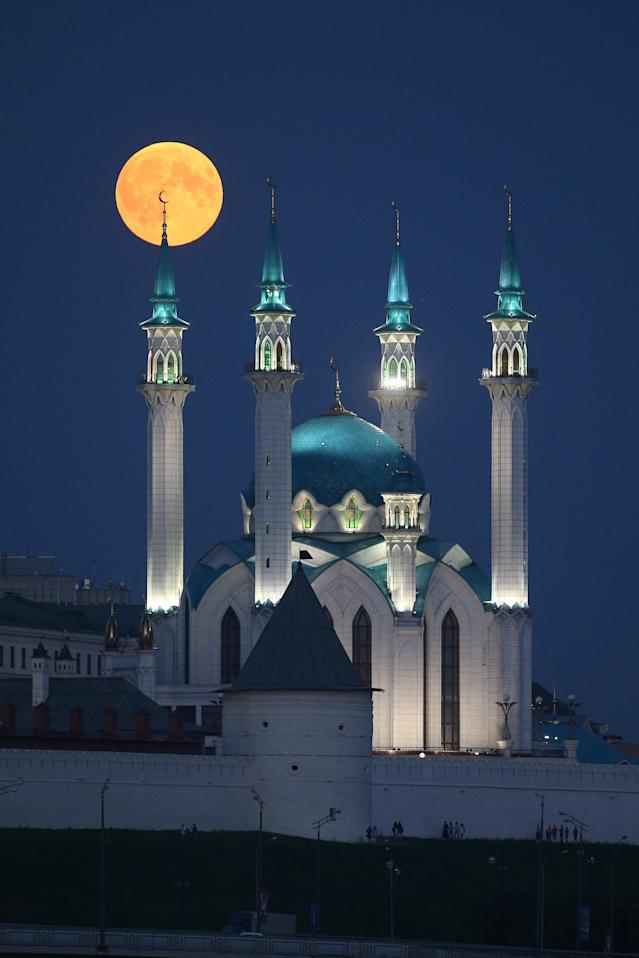 <p>A blood moon over the Qolsarif Mosque in Kazan, Russia on July 27, 2018. (Photo: Yegor Aleyev/TASS via Getty Images) </p>