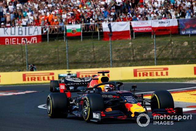 """Max Verstappen, Red Bull Racing RB15 precede Lewis Hamilton, Mercedes AMG F1 W10 <span class=""""copyright"""">Andrew Hone / LAT Images</span>"""