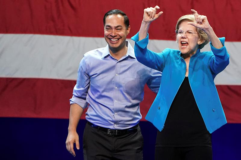 Democratic U.S. presidential candidate and Senator Elizabeth Warren gestures next to former Democratic U.S. presidential candidate Julian Castro during her campaign event at Brooklyn's Kings Theatre in New York, January 7, 2020. REUTERS/Carlo Allegri