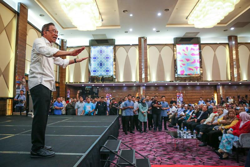 PKR president Datuk Seri Anwar Ibrahim addresses the 2019 Reformist Convention V2.0 in Shah Alam November 24, 2019. — Picture by Yusof Mat Isa
