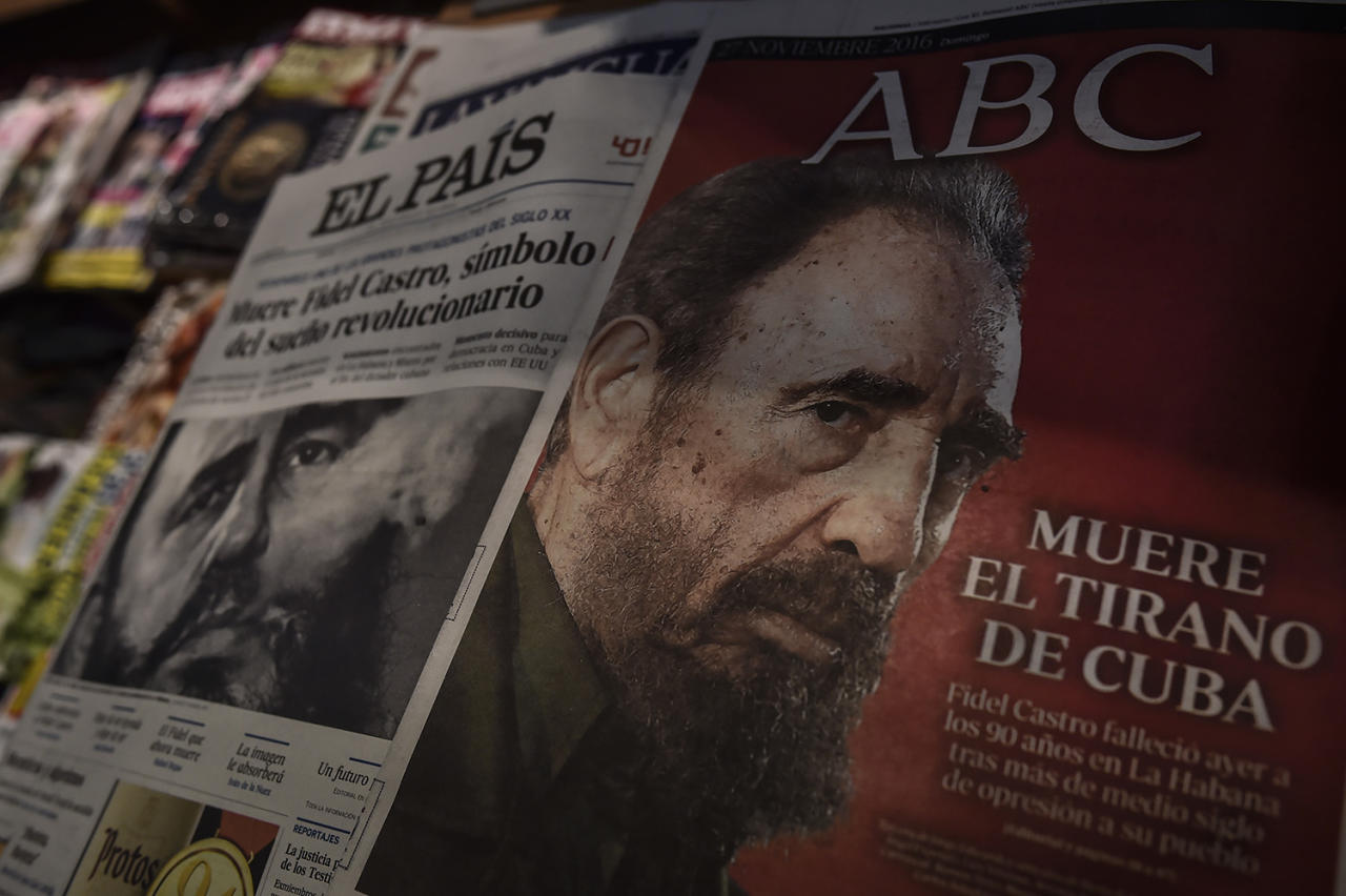 """<p>Spanish newspapers announces the death of former Cuban President Fidel Castro, pictured at right with the caption 'The Cuban's Tyrant Dies """", in Pamplona, northern Spain, Sunday, Nov. 27, 2016, after his death was announced on Friday. (AP Photo/Alvaro Barrientos) </p>"""