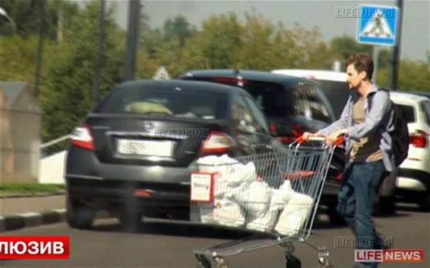 A man who looks like Edward Snowden pushing a shopping cart. (Photo: Russian media)