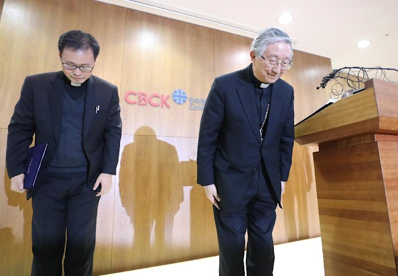 South Korean Archbishop Hyginus Kim Hee-joong bowed in apology during a press conference over allegations a priest abused a woman (AFP Photo/-)