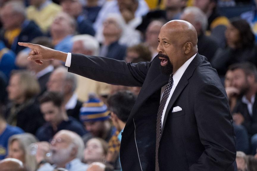 Mike Woodson makes some calls on the sideline during a Clippers game