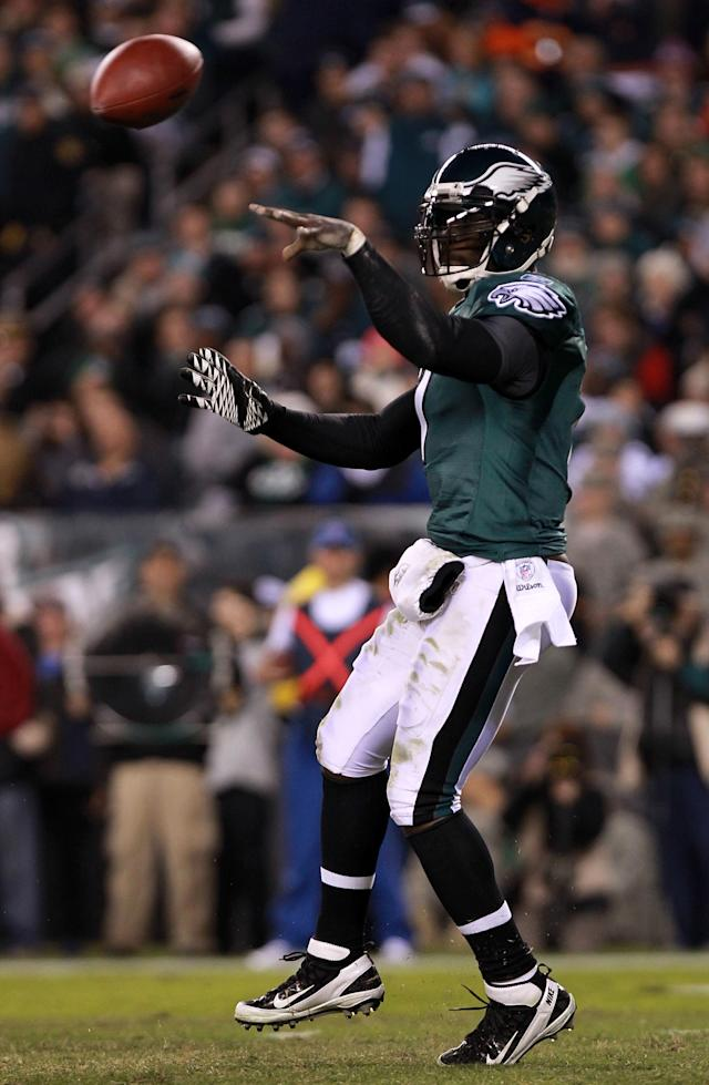 PHILADELPHIA, PA - NOVEMBER 07: Quarterback Michael Vick #7 of the Philadelphia Eagles throws a pass against the Chicago Bears during the fourth quarter of the game at Lincoln Financial Field on November 7, 2011 in Philadelphia, Pennsylvania. (Photo by Nick Laham/Getty Images)