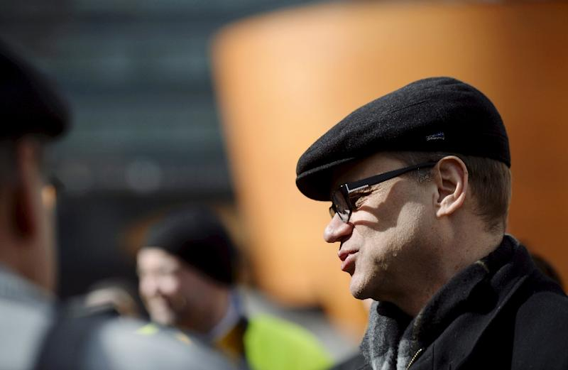 The leader of Finnish Centre Party, Juha Sipila (R), chats with voters during an election campaign on April 14, 2015 in Helsinki (AFP Photo/Antti Aimo-Koivisto)