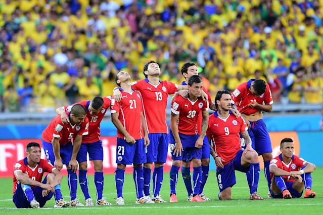 Chile's team line-up during the penalty shoot out after extra-time in the Round of 16 football match between Brazil and Chile at The Mineirao Stadium in Belo Horizonte during the 2014 FIFA World Cup on June 28, 2014 (AFP Photo/Martin Bernetti)