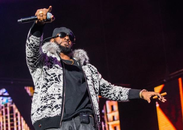 Chicago Police Show Up at R. Kelly's Residence Following Hostage Reports