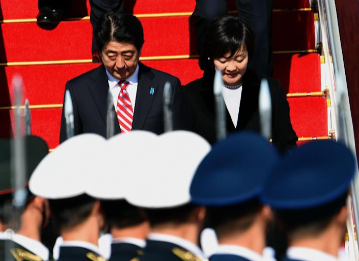 A Chinese People's Liberation Army (PLA) honour guard welcome Japan's Prime Minister Shinzo Abe and his wife Akie (R) as they arrive for the APEC summit in Beijing on November 9, 2014 (AFP Photo/Goh Chai Hin)
