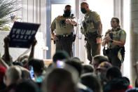 Los agentes vigilan que la protesta sea pacífica y no haya disturbios. Cabe recordar que en Arizona es legal que los ciudadanos porten armas. (AP Photo/Matt York)
