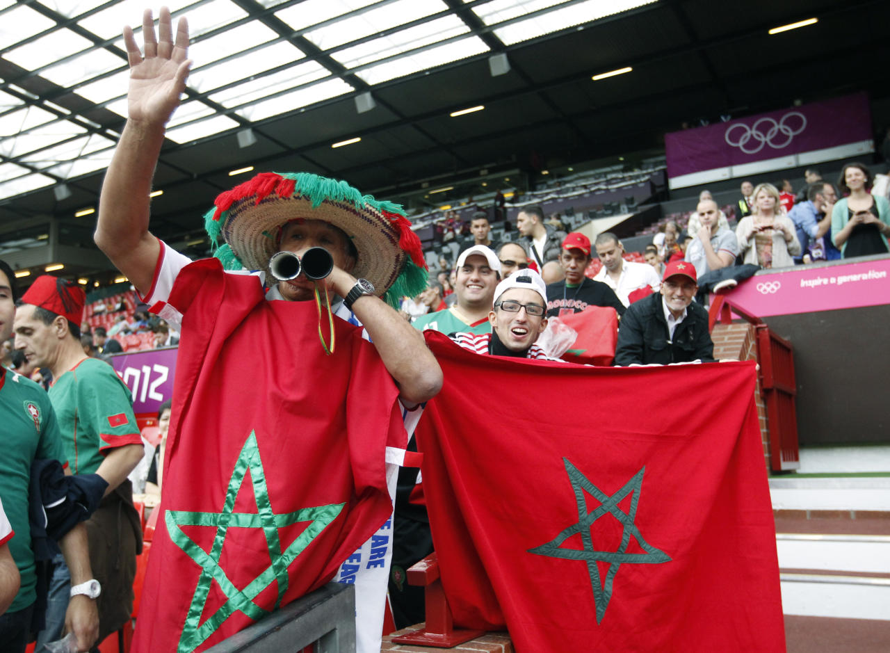 Morocco fans cheer before their team's match against Spain in the men's Group D football match at the London 2012 Olympic Games at Old Ttrattford in Manchester August 1, 2012.  REUTERS/Andrea Comas (BRITAIN  - Tags: SPORT SOCCER SPORT OLYMPICS)