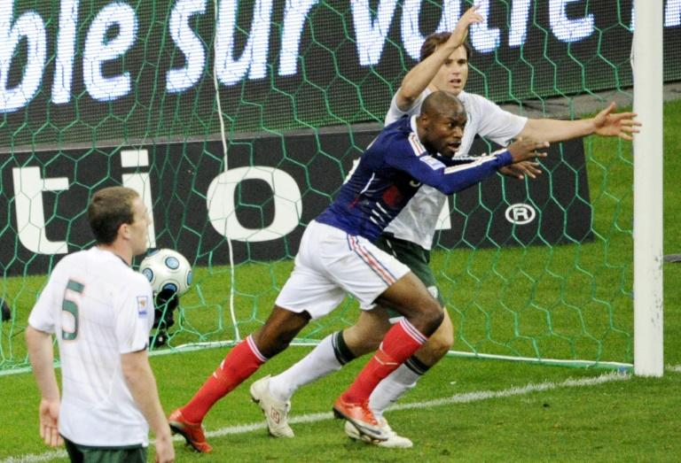 William Gallas qualifie les Bleus contre l'Eire après une passe de la main de Thierry Henry, le 18 novembre 2009 au Stade de France