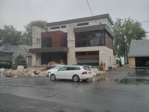 The home at 79 chemin Fraser in the Aylmer sector of Gatineau, Que., must be demolished because it violates the city's zoning bylaws, a judge said on Tuesday. (CBC - image credit)