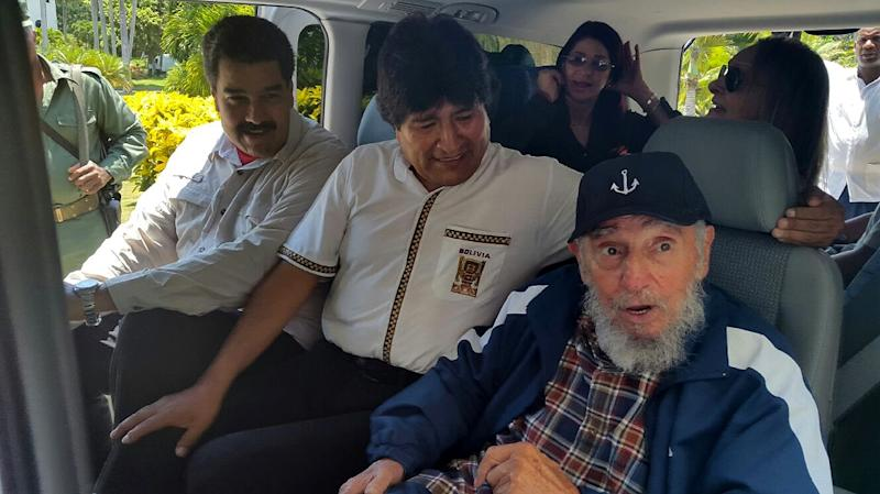 Handout picture released by Bolivian news agency ABI shows Fidel Castro (R) on his 89th birthday, with Bolivian President Evo Morales (C) and Venezuelan President Nicolas Maduro, in Havana on August 13, 2015 (AFP Photo/)