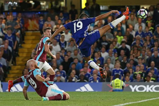 Chelsea's Brazilian-born Spanish striker Diego Costa (R) stretches to reach the ball in the area during the English Premier League football match between Chelsea and West Ham United at Stamford Bridge in London on August 15, 2016 (AFP Photo/Justin Tallis)