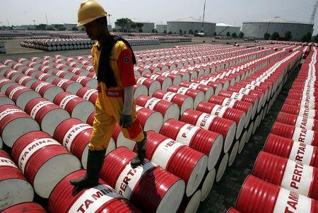 Oil edges lower ahead of weekly supply report