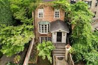 """<p>On the market for £3.9 million, this New York property has five bedrooms, five bathrooms, a garden, a wood-burning fireplace and a private roof deck with stellar city views. </p><p><a href=""""https://www.rightmove.co.uk/properties/76299157"""" rel=""""nofollow noopener"""" target=""""_blank"""" data-ylk=""""slk:This property is currently on the market for £3,964,070 with Savills Global via Rightmove"""" class=""""link rapid-noclick-resp"""">This property is currently on the market for £3,964,070 with Savills Global via Rightmove</a>. </p><p><strong>Like this article? <a href=""""https://hearst.emsecure.net/optiext/cr.aspx?ID=DR9UY9ko5HvLAHeexA2ngSL3t49WvQXSjQZAAXe9gg0Rhtz8pxOWix3TXd_WRbE3fnbQEBkC%2BEWZDx"""" rel=""""nofollow noopener"""" target=""""_blank"""" data-ylk=""""slk:Sign up to our newsletter"""" class=""""link rapid-noclick-resp"""">Sign up to our newsletter</a> to get more articles like this delivered straight to your inbox.</strong></p><p><a class=""""link rapid-noclick-resp"""" href=""""https://hearst.emsecure.net/optiext/cr.aspx?ID=DR9UY9ko5HvLAHeexA2ngSL3t49WvQXSjQZAAXe9gg0Rhtz8pxOWix3TXd_WRbE3fnbQEBkC%2BEWZDx"""" rel=""""nofollow noopener"""" target=""""_blank"""" data-ylk=""""slk:SIGN UP"""">SIGN UP</a></p><p>In need of some positivity or not able to make it to the shops? <a href=""""https://go.redirectingat.com?id=127X1599956&url=https%3A%2F%2Fwww.hearstmagazines.co.uk%2Fhb%2Fhouse-beautiful-magazine-subscription-website&sref=https%3A%2F%2Fwww.housebeautiful.com%2Fuk%2Flifestyle%2Fproperty%2Fg35530625%2Frightmove-most-viewed-homes-overseas%2F"""" rel=""""nofollow noopener"""" target=""""_blank"""" data-ylk=""""slk:Subscribe to House Beautiful magazine today"""" class=""""link rapid-noclick-resp"""">Subscribe to House Beautiful magazine today</a> and get each issue delivered directly to your door.</p>"""