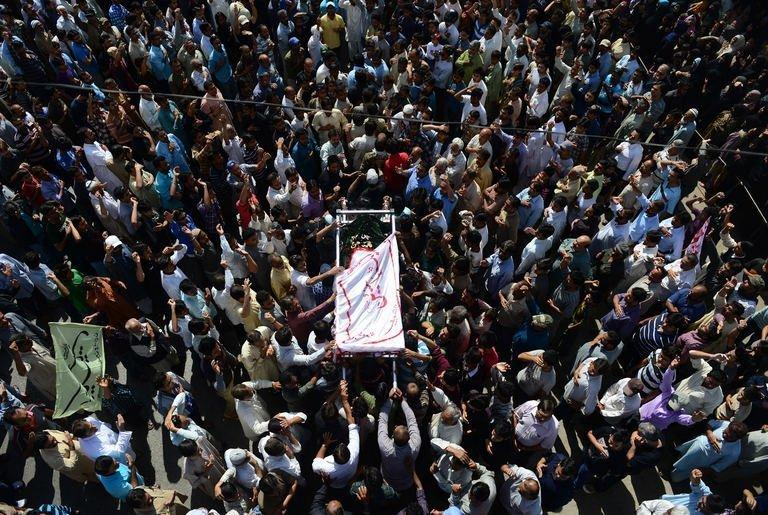 Pakistani Shiites carry a coffin during the funeral procession of bomb blast victims in Karachi, on March 4, 2013
