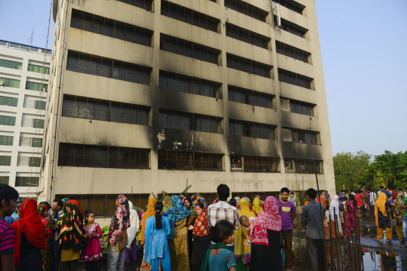 Bangladesh fire kills 8 as collapse toll hits 950