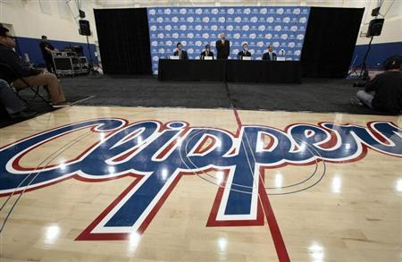 Los Angeles Clippers' point guard Chris Paul (2nd L) is introduced at a news conference in Playa Vista, Los Angeles, California December 15, 2011. REUTERS/Lucy Nicholson