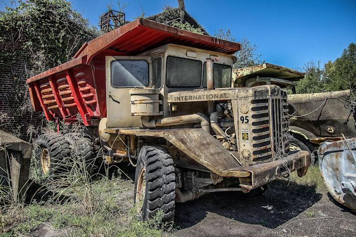 """<p>The blogger behind the Abandoned Southeast says: """"The place resembles a post-apocalyptic wasteland, there's so much stuff scattered around. … Large construction equipment, cranes, trucks, even boats are stashed throughout the old steel mill."""" (Photo: Abandoned Southeast/Caters News) </p>"""