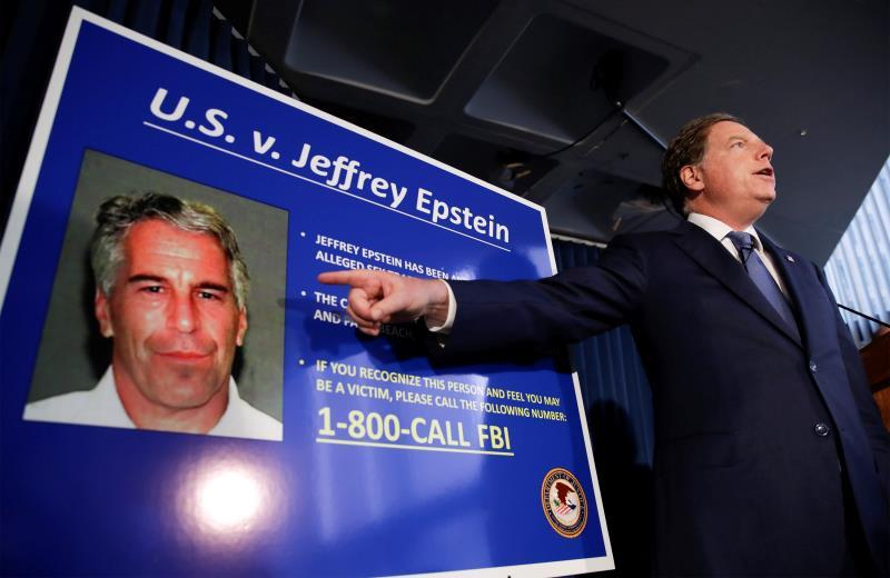 El fiscal federal de los Estados Unidos para el Distrito Sur de Nueva York, Geoffrey Berman, habla durante una conferencia de prensa sobre el arresto del financiero estadounidense Jeffrey Epstein, en Nueva York (EE. UU.). EFE/ Jason SzenesUSA NEW YORK JEFFREY EPSTEIN:JSX05. New York (United States), 08/07/2019.- United States Attorney for the Southern District of New York Geoffrey Berman speaks during a news conference about the arrest of American financier Jeffrey Epstein in New York, USA, 08 July 2019. According to reports, US financier Jeffrey Epstein who was arrested on 08 July 2019 on sex trafficking and conspiracy charges, has been formally charged with two sex trafficking counts. (Estados Unidos, Nueva York) EFE/EPA/JASON SZENES