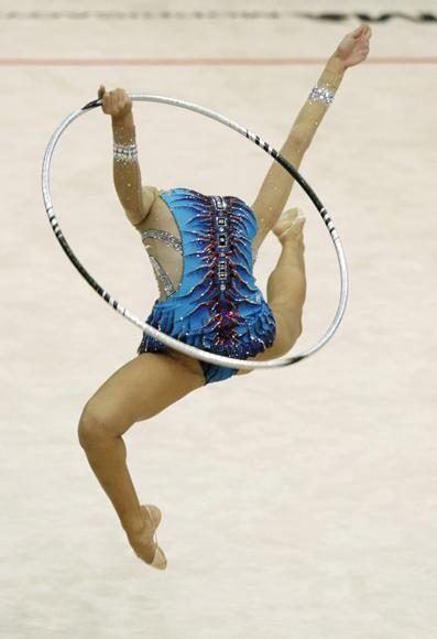 Evgenia Kanaeva of Russia performs with the hoop during the individual all-around competition final at the Rhythmic Gymnastics World Championships in Ise, Mie prefecture, central Japan, September 11, 2009. (REUTERS/Issei Kato)