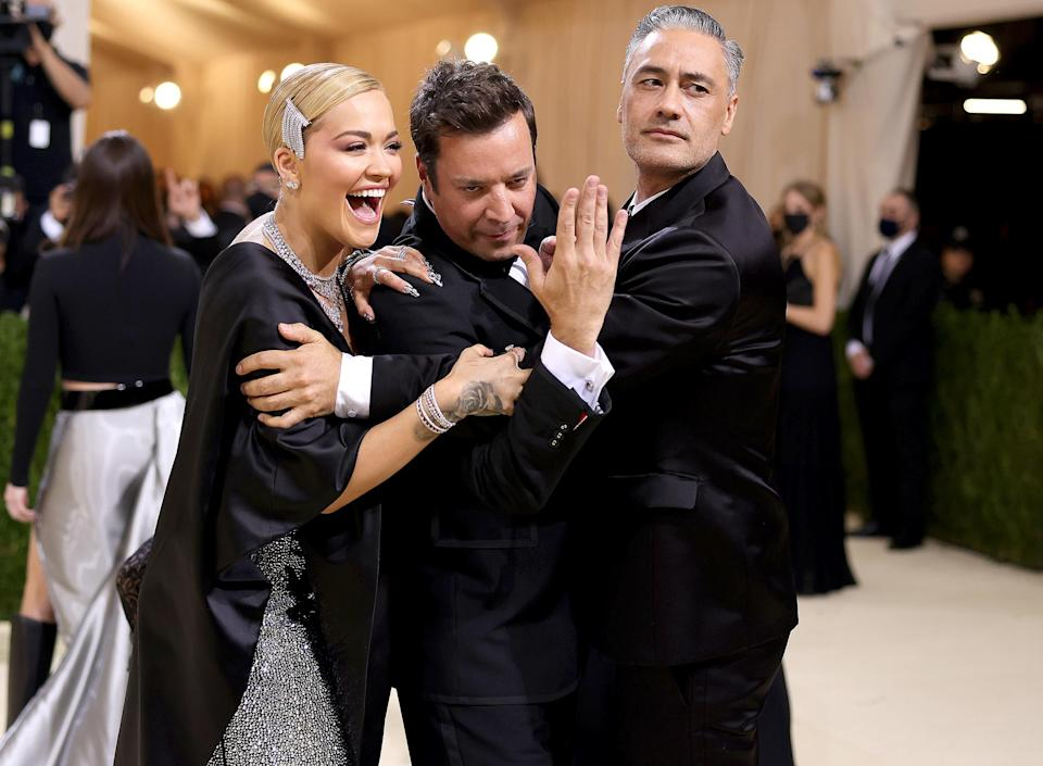 <p>got tangled up in a hilarious group hug that saw <em>The Tonight Show</em> host trying to break free from the new couple.</p>