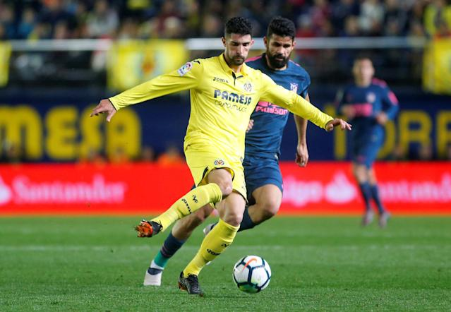 Soccer Football - La Liga Santander - Villarreal vs Atletico Madrid - Estadio de la Ceramica, Villarreal, Spain - March 18, 2018 Villarreal's Alvaro Gonzalez in action with Atletico Madrid's Diego Costa REUTERS/Heino Kalis