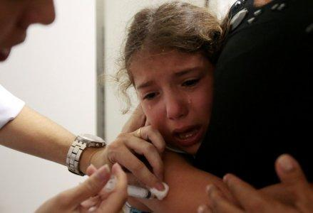 A health agent vaccinates a child during a campaign of vaccination against yellow fever in Sao Paulo, Brazil January 17, 2018. REUTERS/Leonardo Benassatto