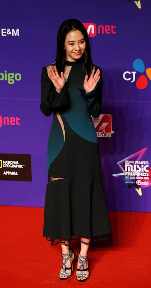 <p>South Korean actor Song Ji-hyo poses on the red carpet during the Mnet Asian Music Awards in Hong Kong, China December 1, 2017. REUTERS/Bobby Yip </p>