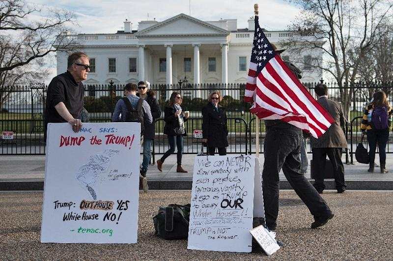 Opponents of Republican presidential candidate Donald Trumps demonstrate outside the White House (AFP Photo/Brendan Smialowski)